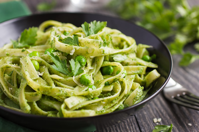 Tagliatelle pasta with spinach and green peas - enhanced with Smarter Naturally ™ soup sauce